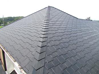 築30年の色あせた屋根が、光沢のある屋根に蘇りました。
